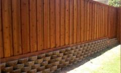 Забор из дерева с кирпичным фундаментом