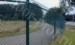 Забор из сетки рабица зеленого цвета