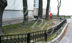 Газонные ограждения возле жилого дома