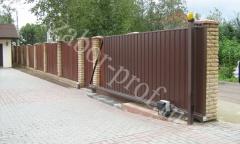 Откатные ворота из профнастила с кирпичными столбами