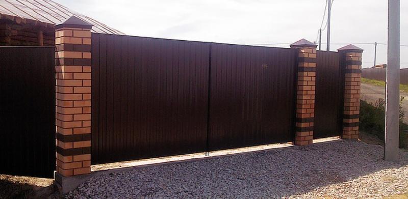 Забор из профнастила с кирпичными опорами